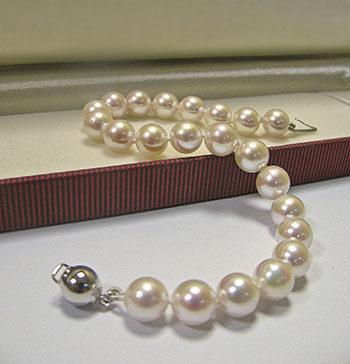 Bransoletki z pereł najpiękniejszą ozdobą kobiecych dłoni