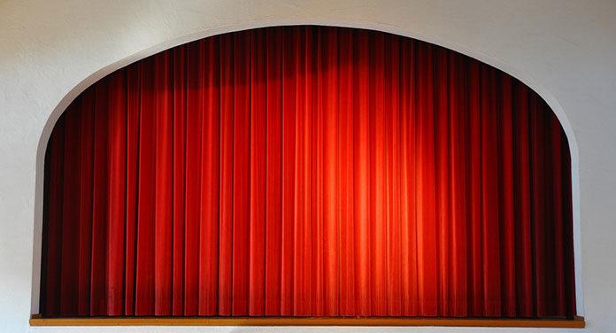 Teatr- dlaczego warto zabrać do niego seniora?