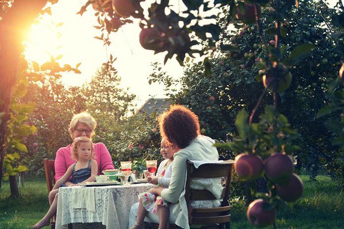 Najlepsze pomysły na niebanalny prezent dla babci