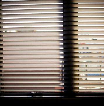 Rolety, żaluzje, firany - ochrona przed słońcem i ozdoba okna