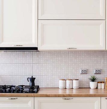 Jak w estetyczny sposób zabezpieczyć ścianę nad blatem w kuchni