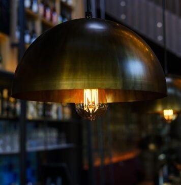 Nowoczesne lampy wiszące w kilku odsłonach - sposoby na niebanalne oświetlenie każdego wnętrza